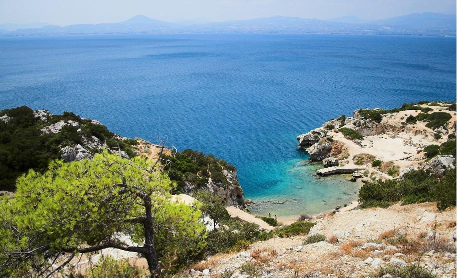 Výhled na malou zátoku a nádherné modré moře v Peloponésu