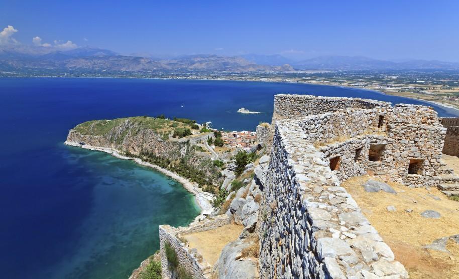Výhled na zátoku a nádherné modré moře v Peloponésu