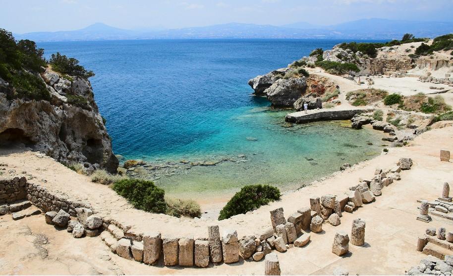 Malá zátoka a nádherné modré moře v Peloponésu
