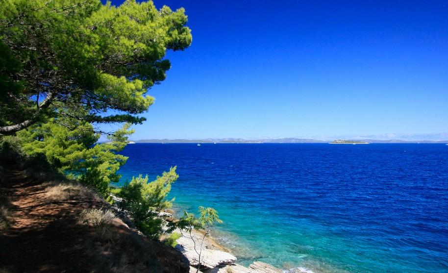 Cesta na břehu moře, Chorvatsko.