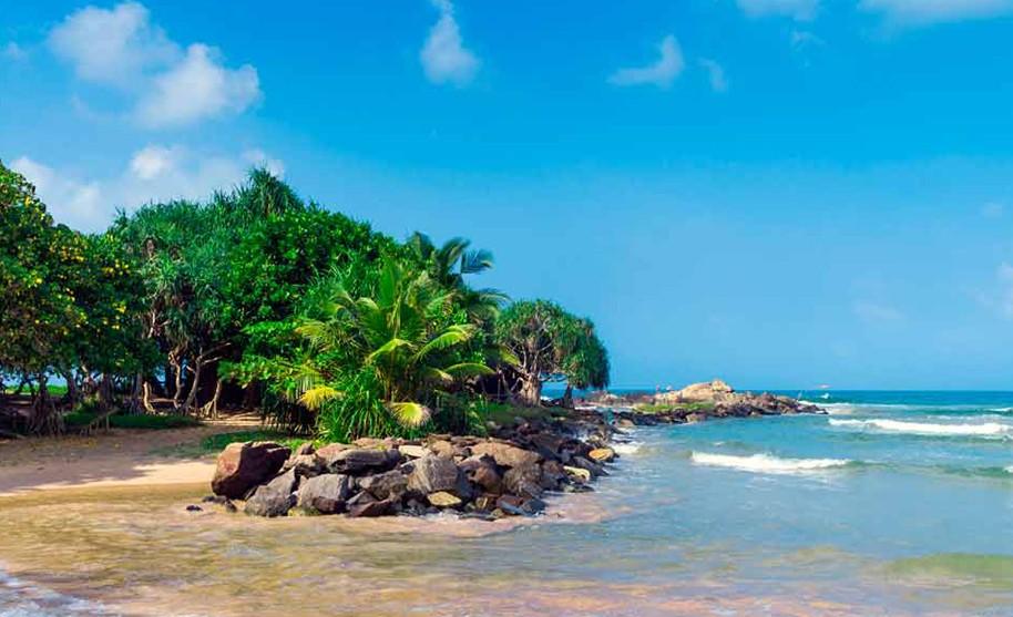 divoká pláž v Ahungalla