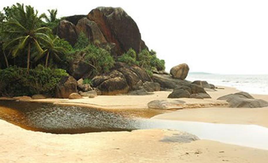 pláž se zlatým pískem a balvany