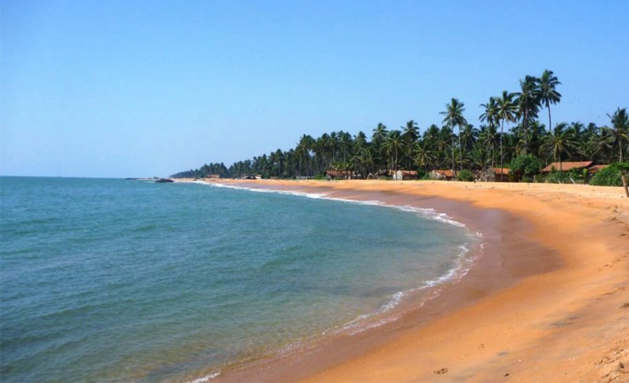 Široká a dalekosáhlá písečná pláž v okolí Marawily