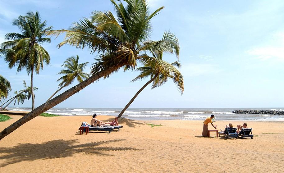 Relax na pláži ve stínu kokosových palem