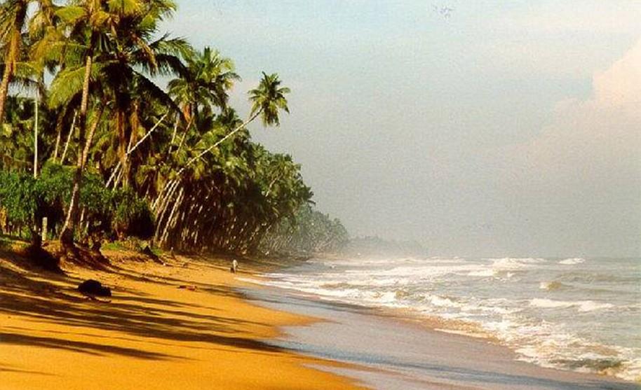 Příboj dorážející na písečné pobřeží na jedné z pláží v oblasti Wadduwa