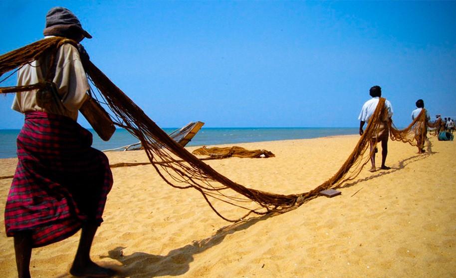 Chystání rybářských sítí na plážích Wadduwy