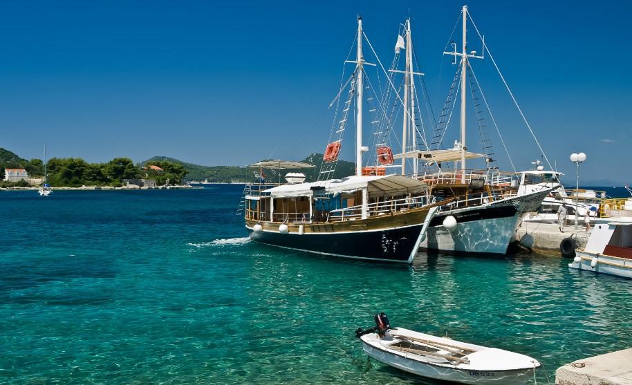 Lodě kotvící v přístavu, Chorvatsko.