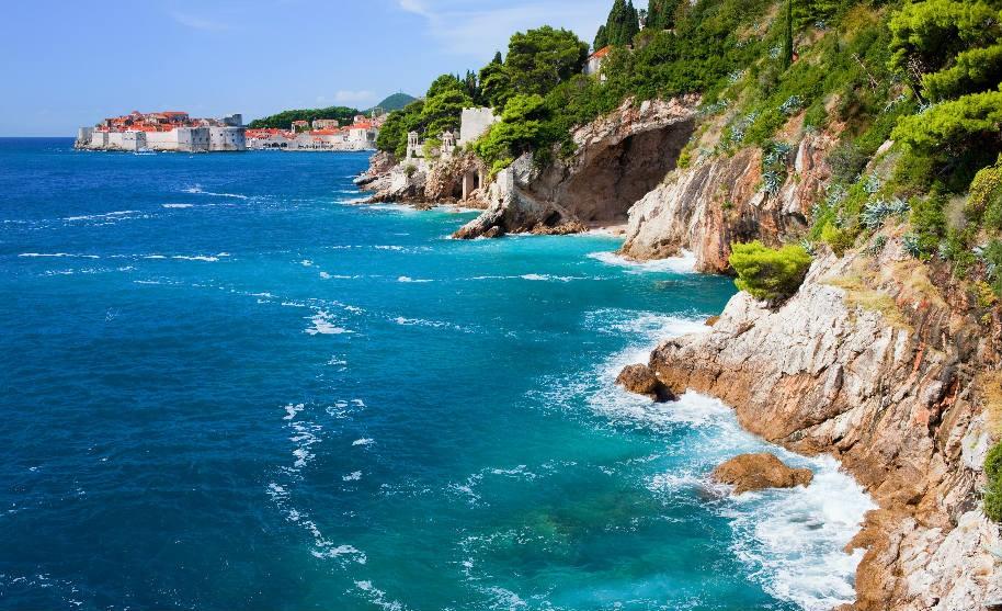 Skalnaté pobřeží nedaleko Dubrovníku.