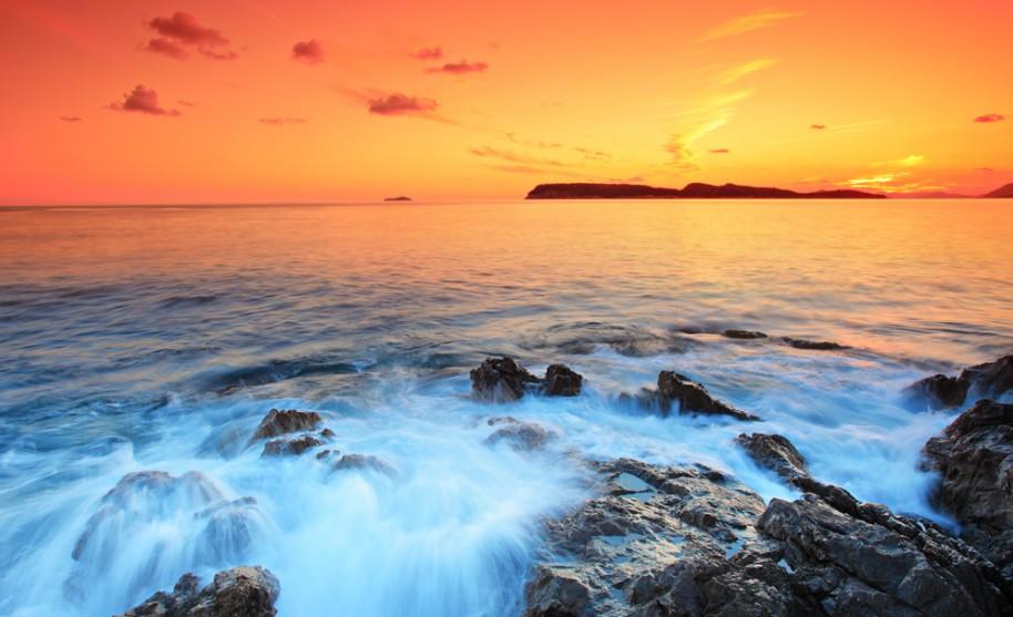 Západ slunce na pláži v jižní Dalmácii.
