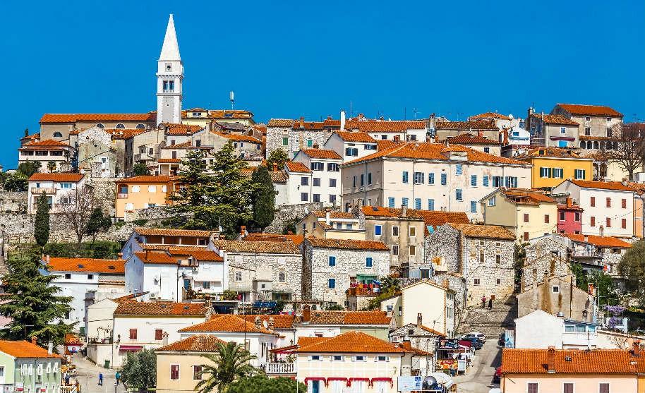 Domy umístěné v kopci v letovisku Vrsar, Istrie.
