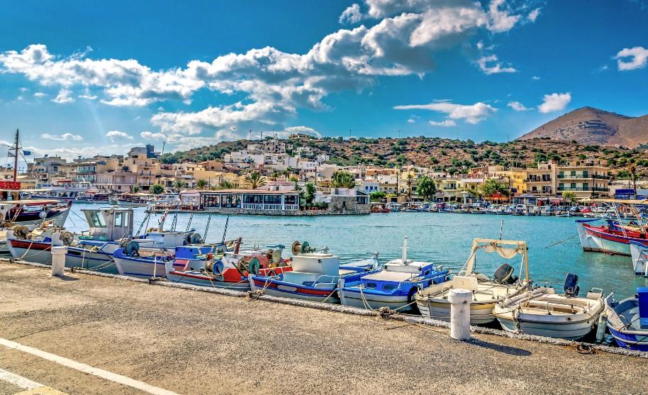 Kréta Hersonissos přístav moře lodě hory Řecko