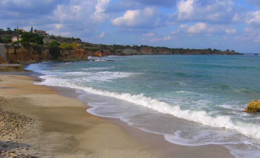 Kréta Hersonissos krásná pláž zlatý písek moře Řecko