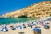 Kréta Matala moře pláž skály hippies lehátka slunečníky Řecko