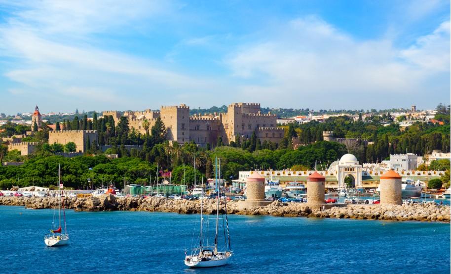 Rhodos moře přístav lodě hrad maják město středověk Řecko