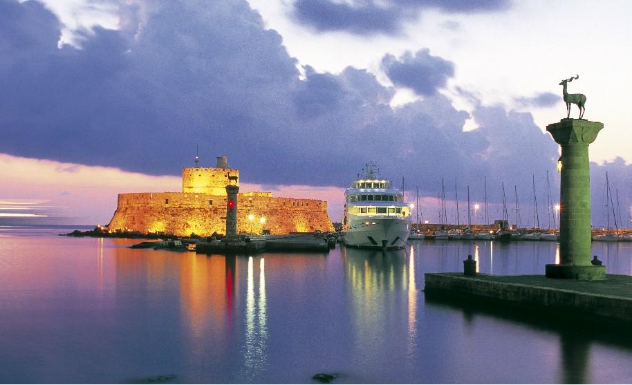 Rhodos město západ slunce maják laň jelen loď přístav Mandraki Řecko