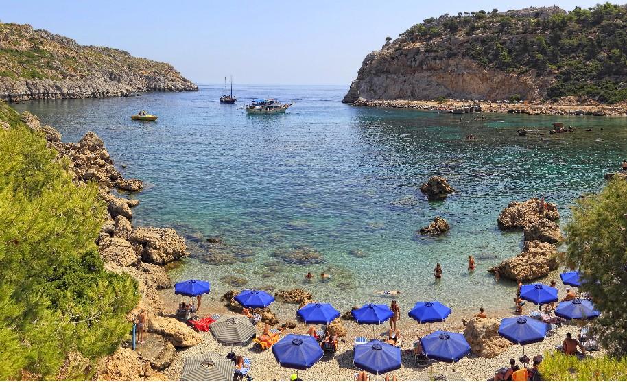 Rhodos Faliraki pláž loďka slunečník moře slunce Řecko