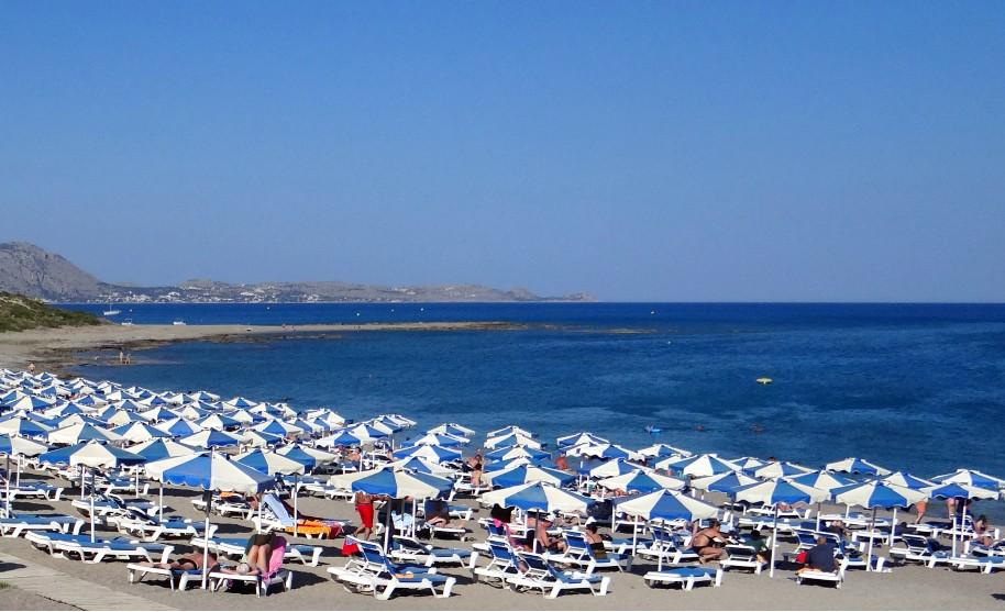 Rhodos Kiotari pláž slunečníky moře slunce Řecko