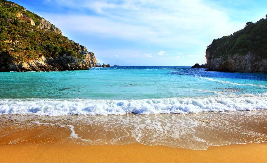 Řecko oblíbená pláž písek modré čisté moře Řecko