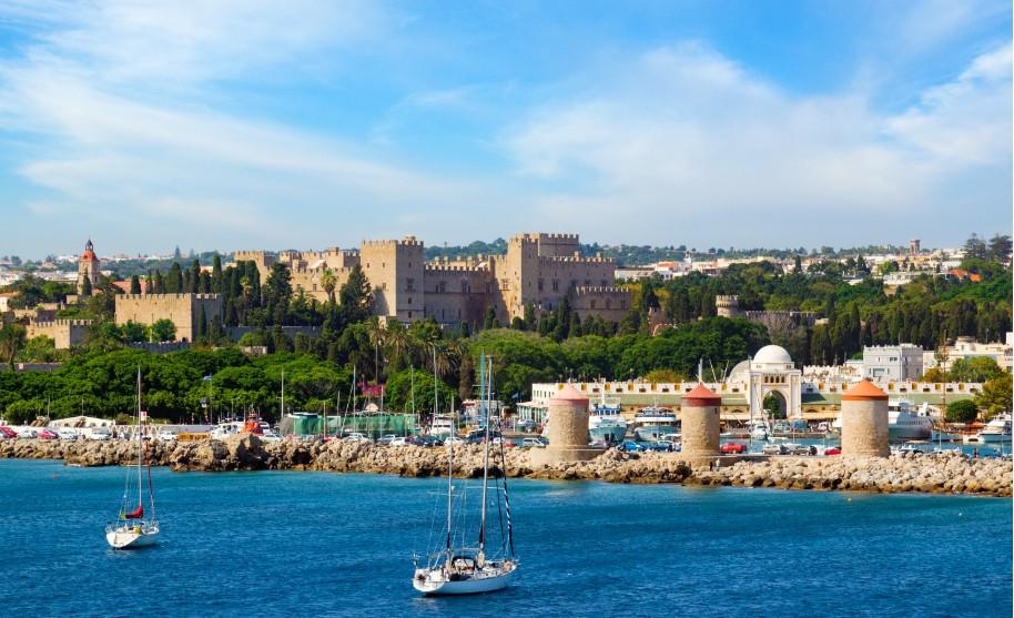 Rhodos město přístav Mandraki lodě moře Řecko