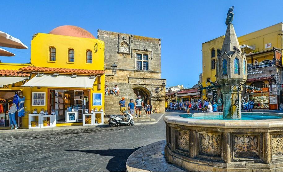 Rhodos město náměstí kašna obchody taverny Řecko