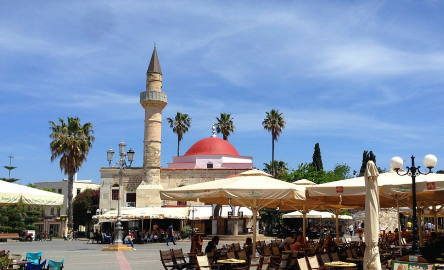 Kos město náměstí Defterdarova mešita minaret Řecko