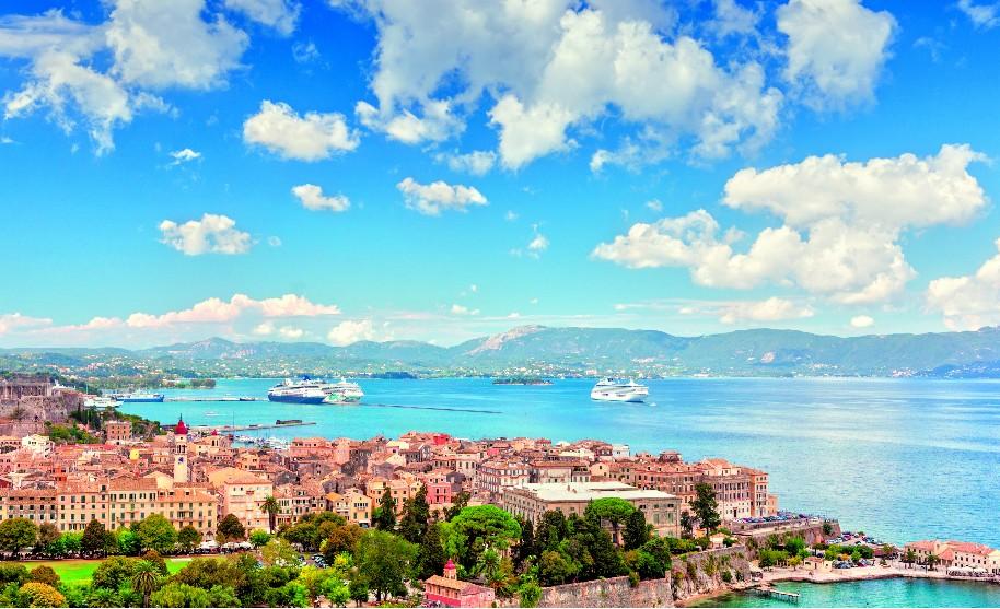 pohled na město Korfu, stará a nová pevnost, výletní lodě