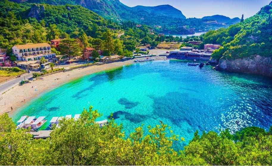 oblíbená krásná pláž na korfu v Paleokastritsa