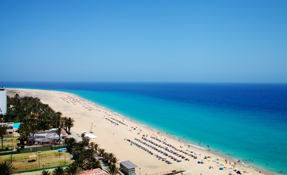 nádherná píseční pláž Morro Jable na jihu Feurteventura
