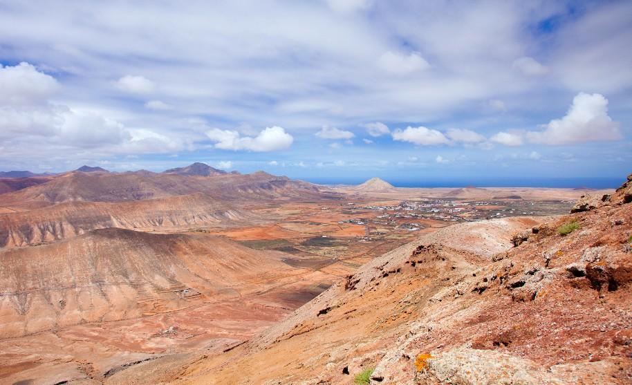 vulkanická krajina na Fuerteventura na Kanárských ostrovech