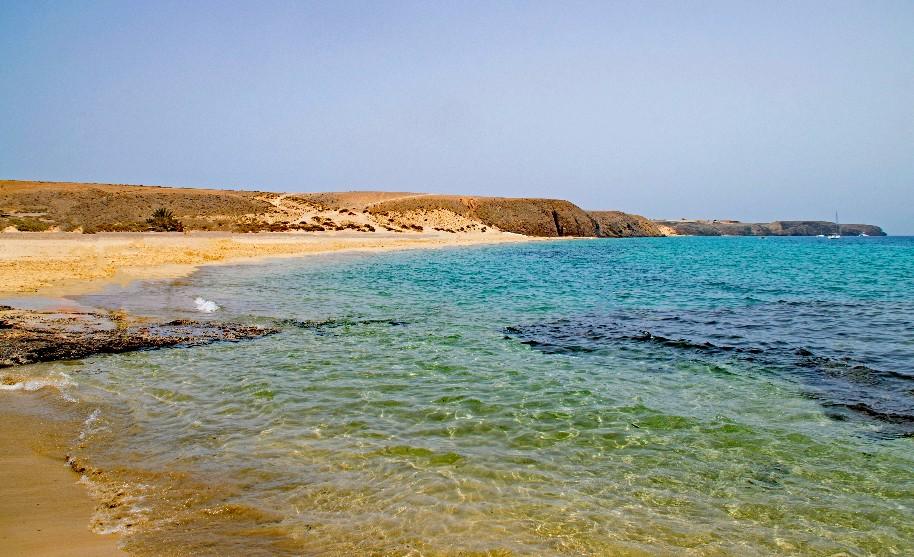 krásná pláž Playa Mujeres a modrá obloha na Lanzarote