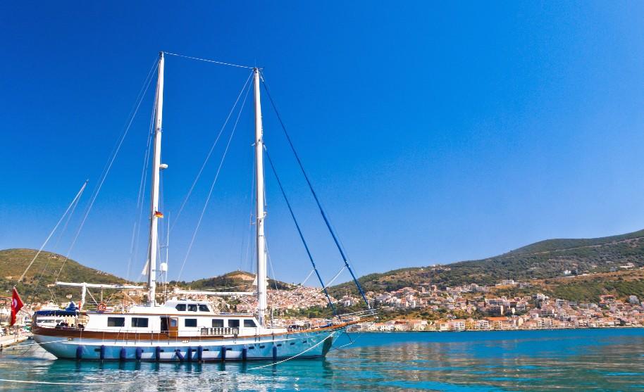 Loď během výletu na moři na Samosu v Řecku