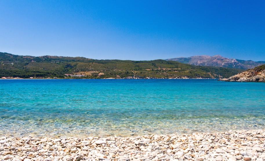 Oblázková pláž a hezké moře na Samosu v Řecku