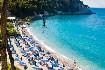 Lehátka a slunečníky na pláži na Samosu v Řecku