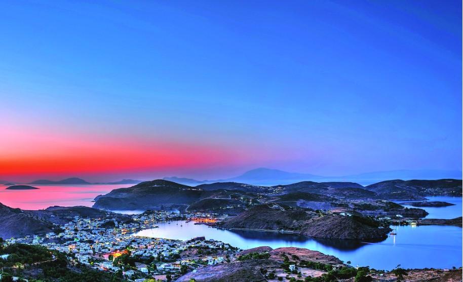 Nádherný romantický západ slunce na Patmosu v Řecku