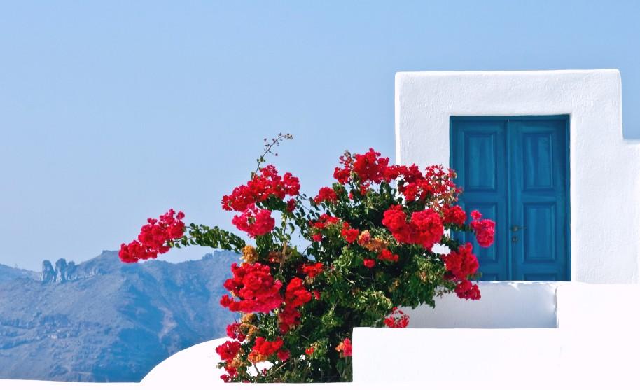 Modré dveře na Santorini v Řecku