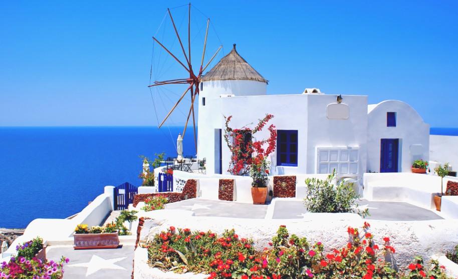 Větrný mlýn nad mořem na Santorini v Řecku