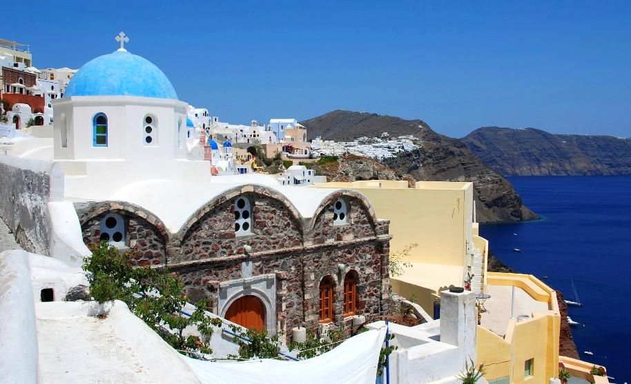 Církev ve vesničce Oia na Santorini v Řecku