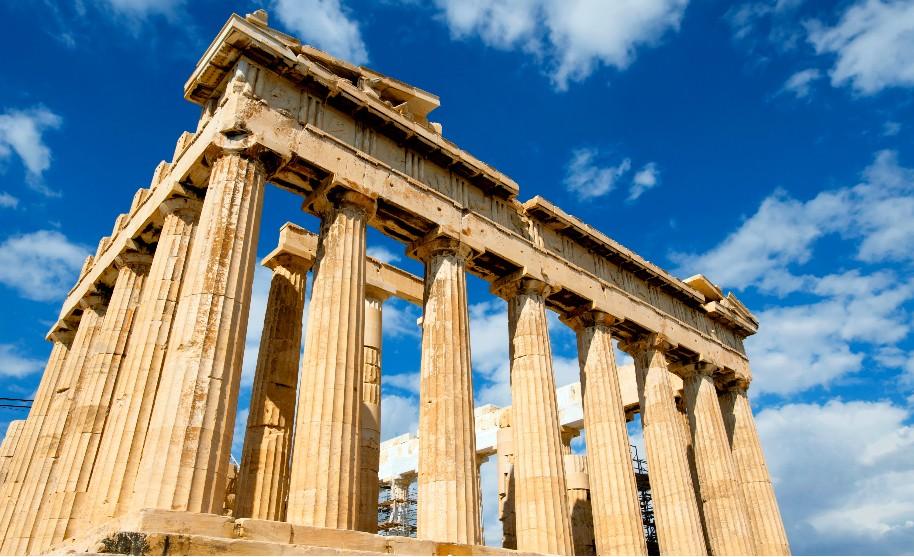 slunečná modrá obloha v Řecku Akropole palách Parthenon v Athénách
