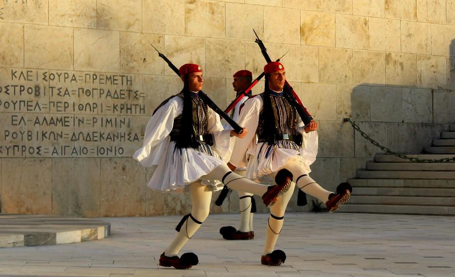 typický řecký kroj hradní stráž v Athénách náměstí Syntagma