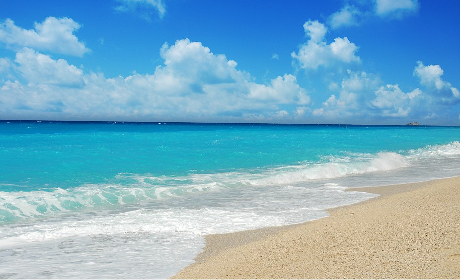 krásné čisté moře a pláž se slunnou oblohou na Lefkadě v Řecku