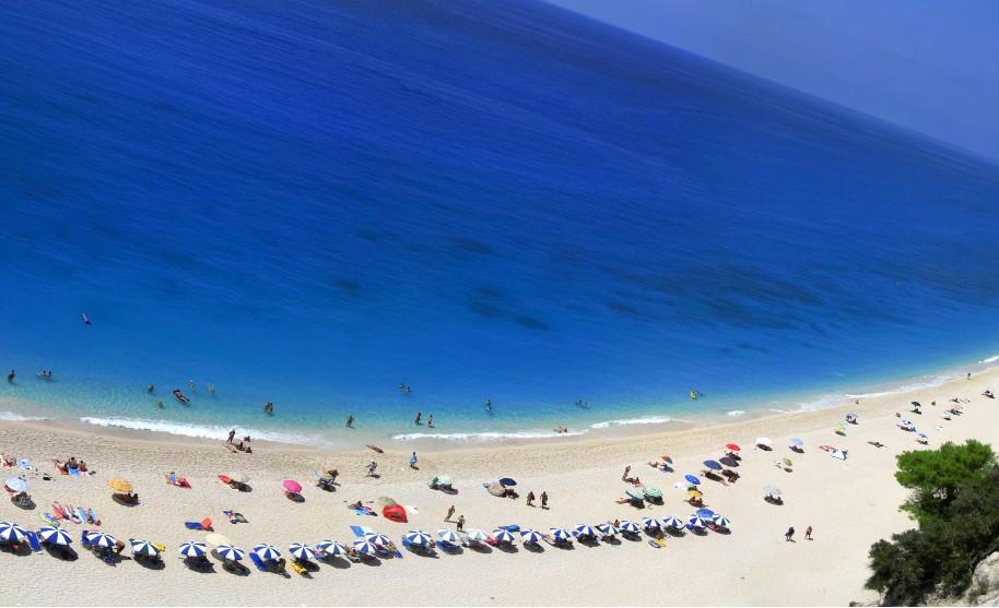 nádherná písečná pláž na Lefkadě s čistým mořem na šnorchlování