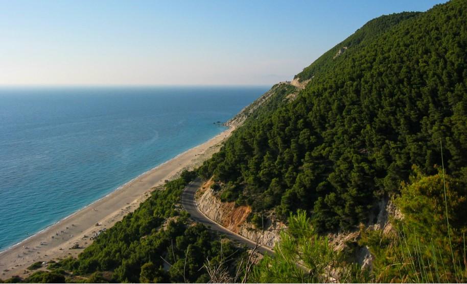krásná dlouhá pláž na Lefkádě vysoké hory na pobřeží v Řecku