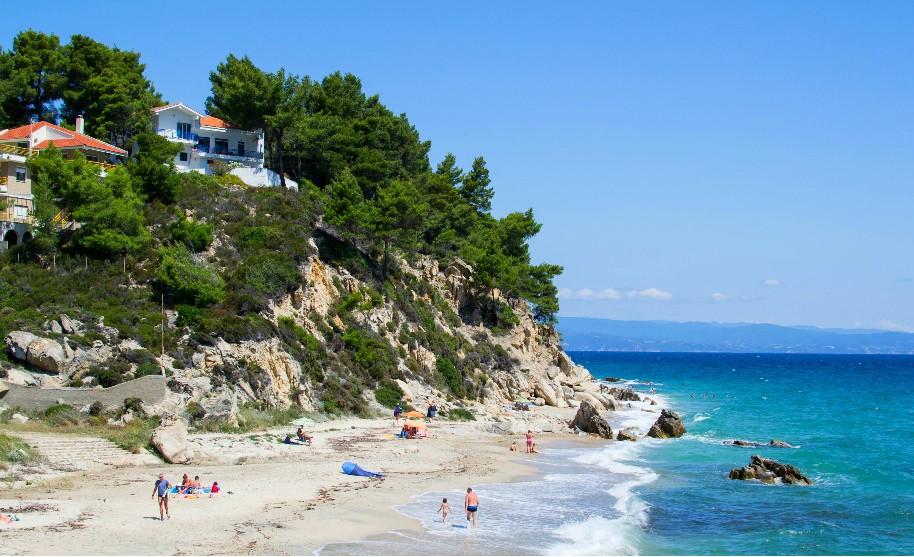 čisté moře a skály na krásné pláži na Chalkidiki v Řecku