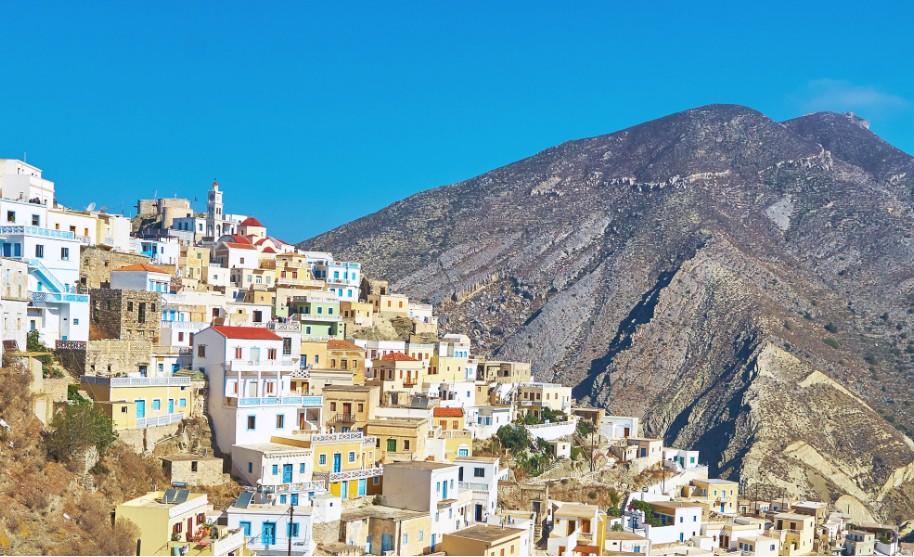 Výhled na město a horu na Karpathosu