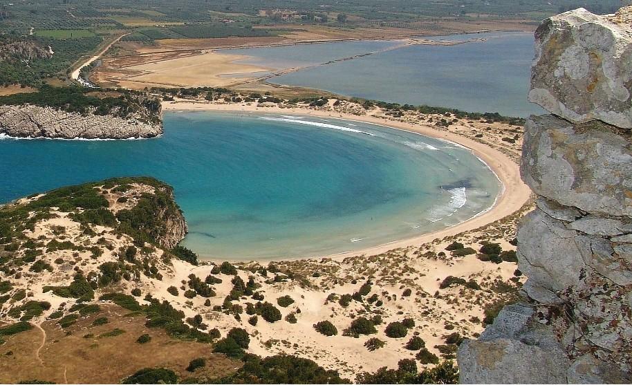 Výhled na hezkou zátoku a průhledné tyrkysové moře na Peloponésu