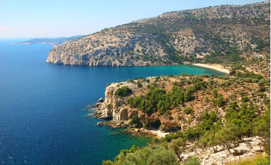 Výhled na hezkou zátoku a průhledné modré moře na Thassosu