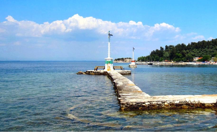 Průhledné moře a přístavní vlnolamy na Thassosu