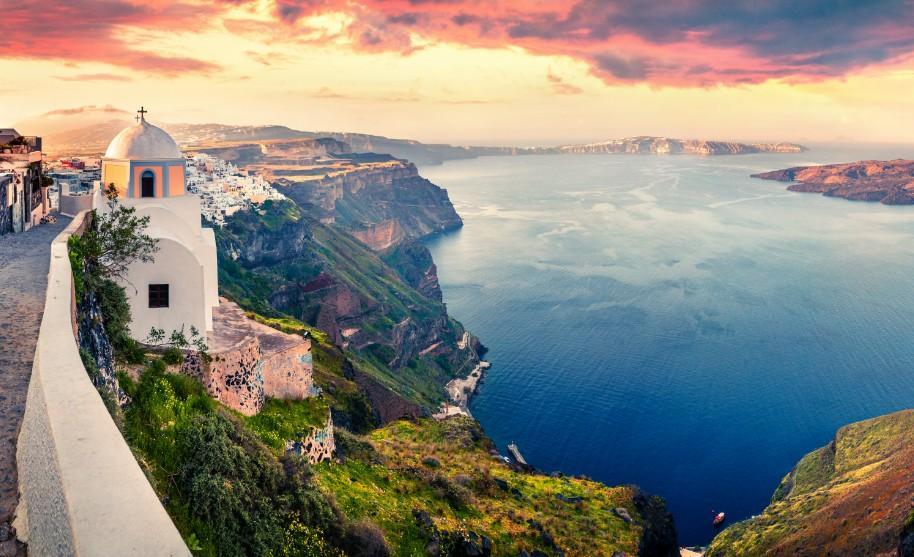 Nádherný západ slunce nad zátokou na Santorini