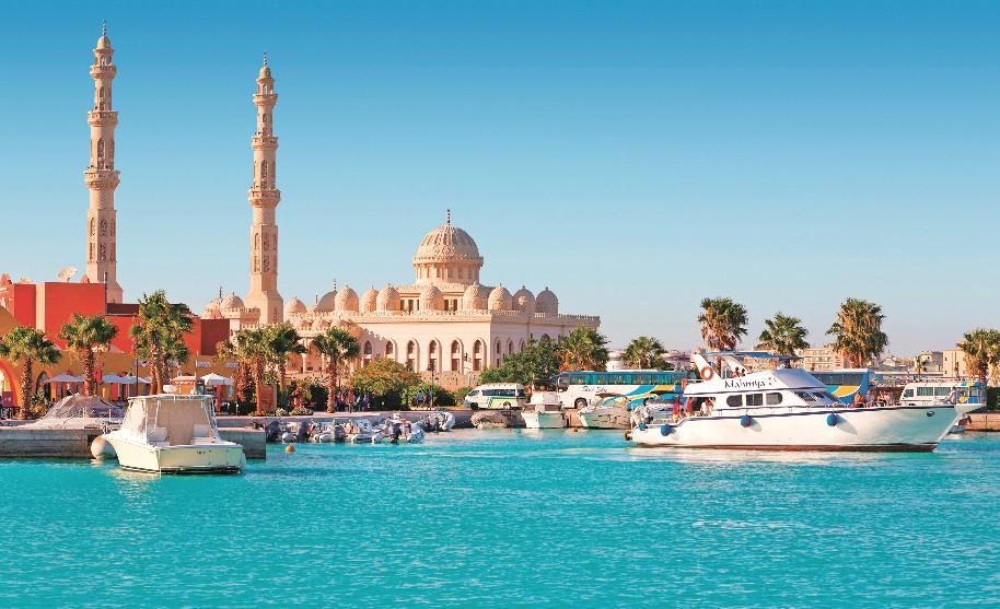 Přístav s lodí a mešita v Hurghadě v Egyptě