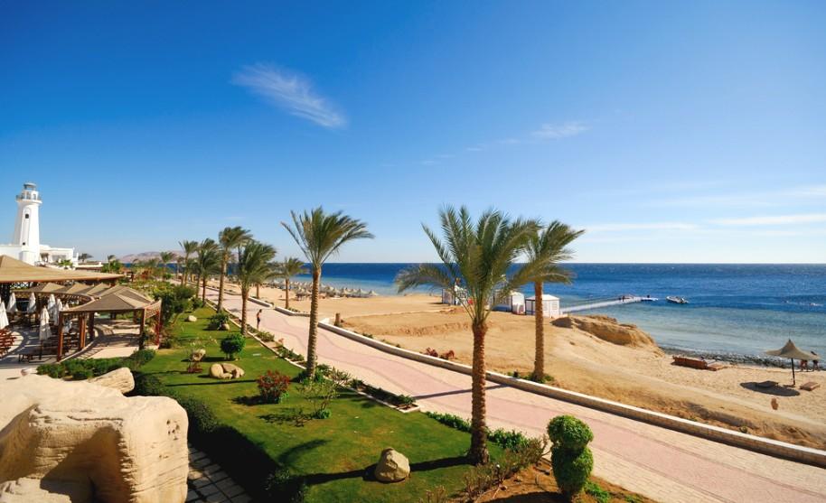 Pěší promenáda a modré moře v Sharm El Sheikh v Egyptě